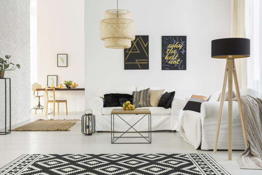 Biały salon z czarnymi dodatkami