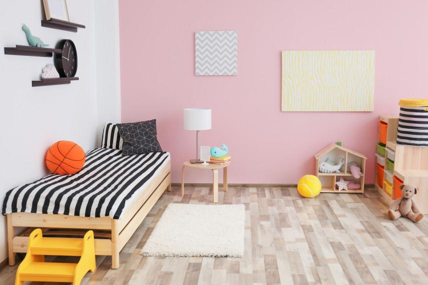 Biało-różowe ściany