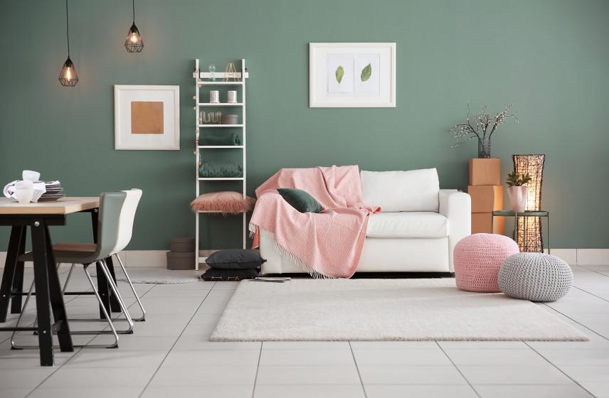 Salon z zielona ścianą