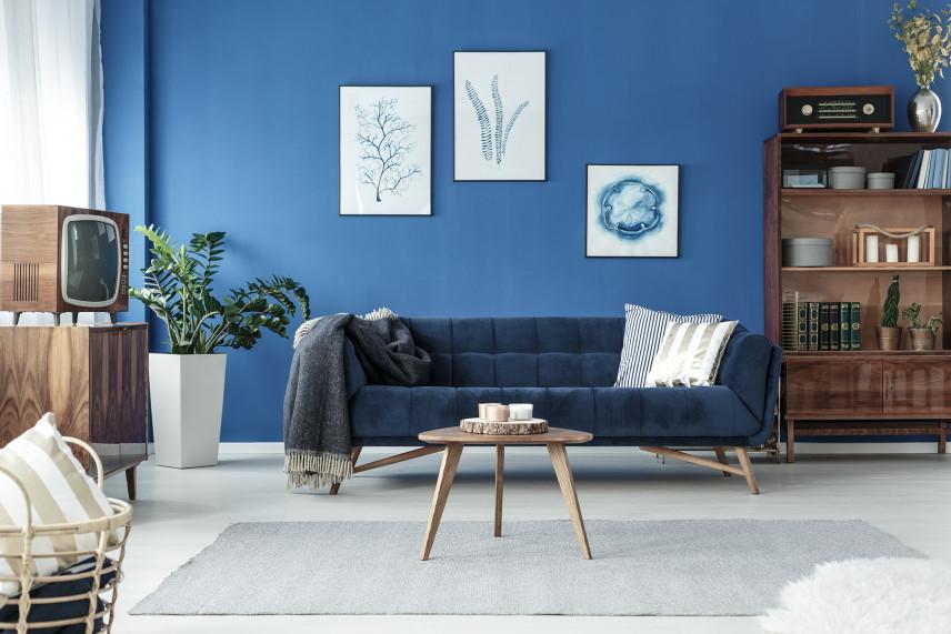 Salon w stylu skandynawskim z niebieską ścianą