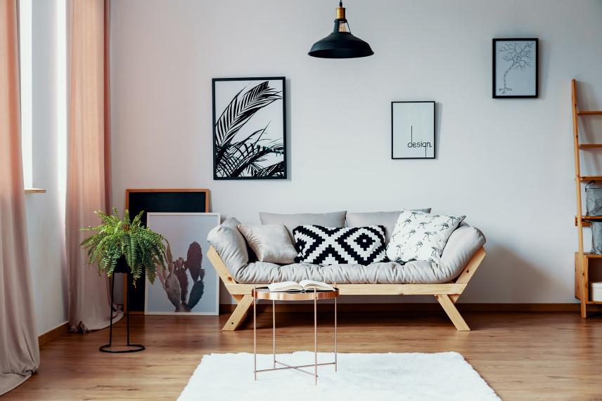 Salon z sofą w stylu skandynawskim