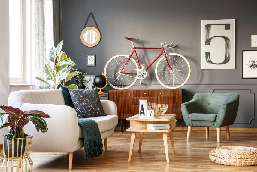 Salon z rowerem na ścianie