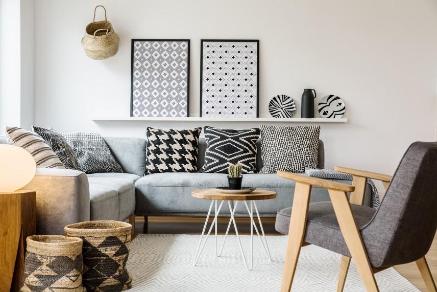 Mały salon z grafikami