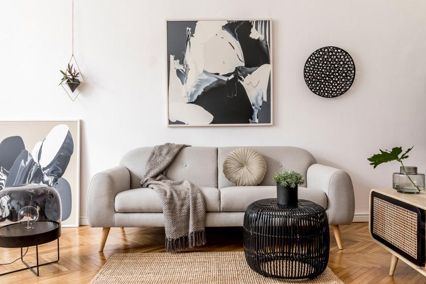 Salon z czarno-białym obrazem