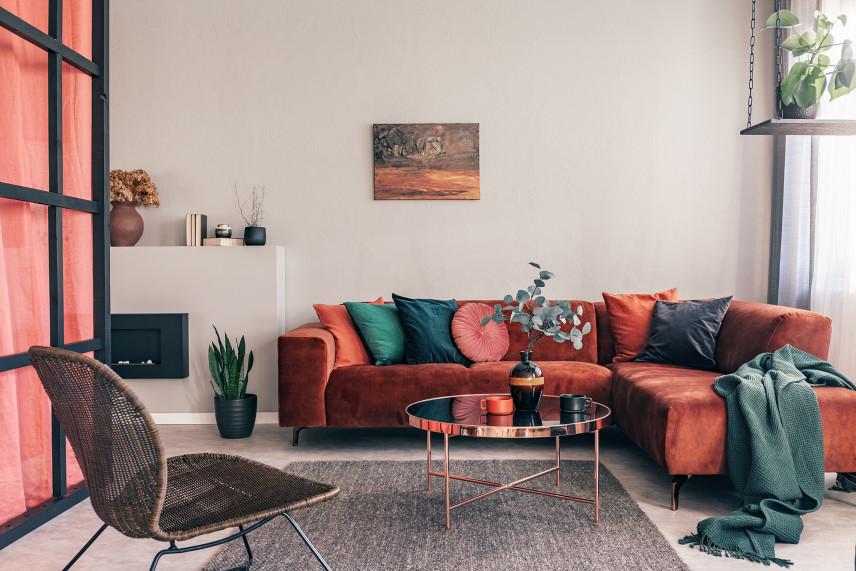 Salon w bloku z ochrową kanapą