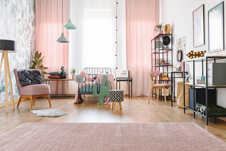 Przestrzenny pokój z różowymi zasłonami