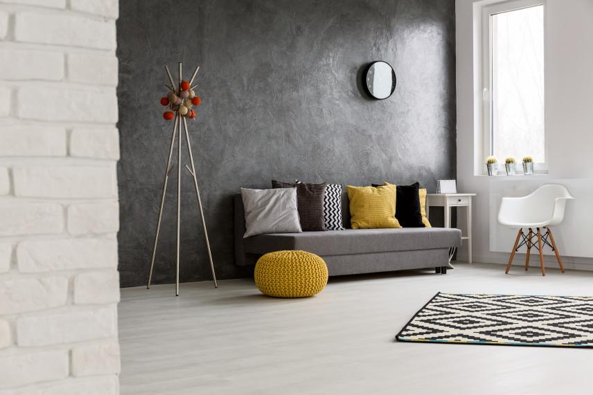 Salon z szarą ścianą