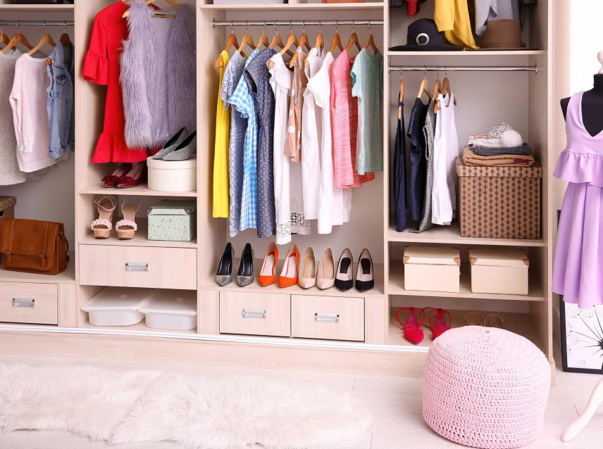 Garderoba z otwartą szafą z różowymi dodatkami