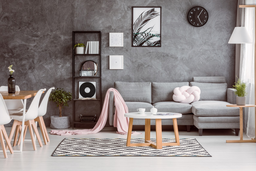 Salon z szarą ściana i grafiką czarno-białą