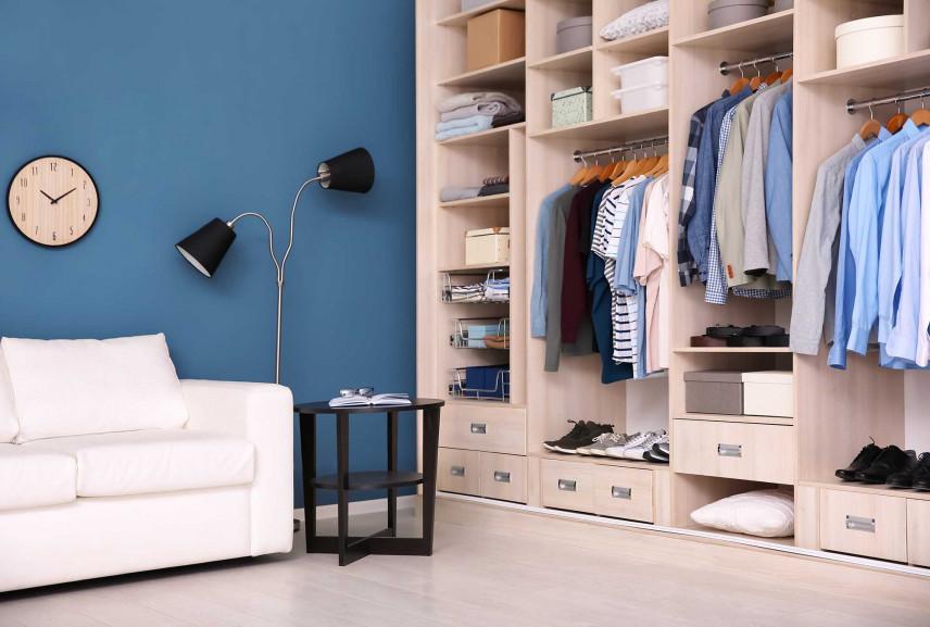 Zabudowa wnękowa, garderoba z niebieska ścianą