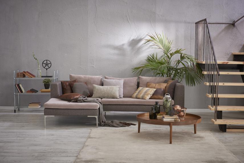 Salon z szarą betonową ścianą
