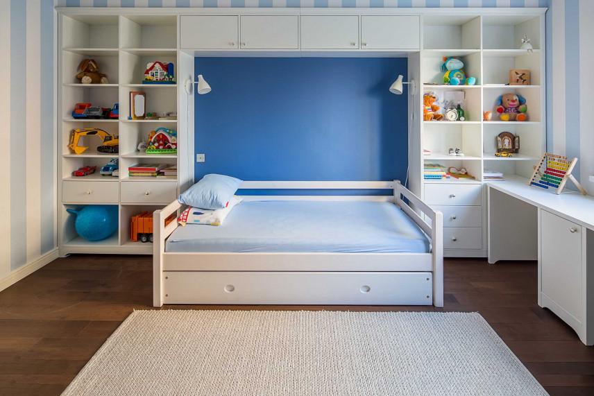 Białe meble z dużym łóżkiem