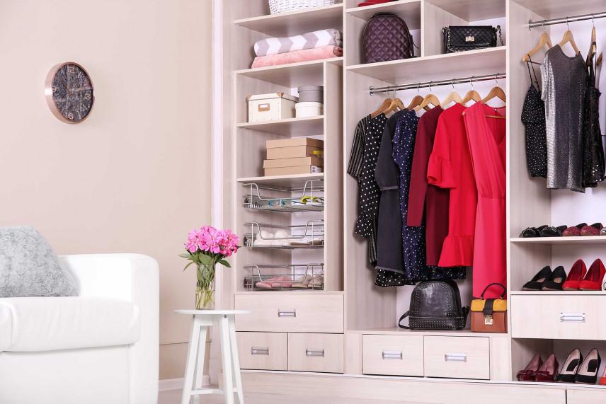 Otwarta garderoba damska w sypialni