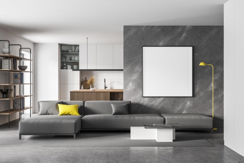 Salon z betonową ścianą i ekranem