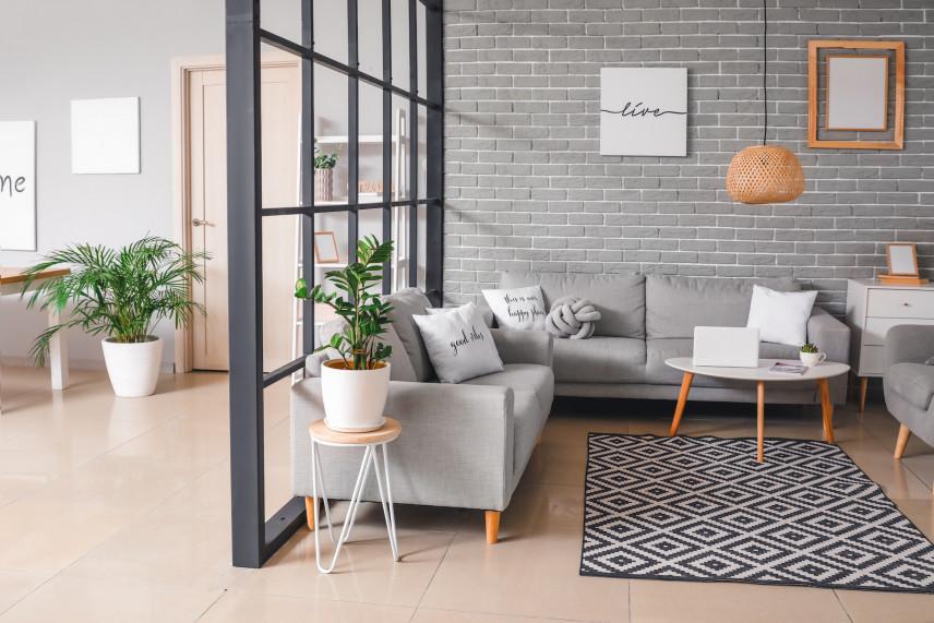Salon z szarą cegłą i jasna podłogą