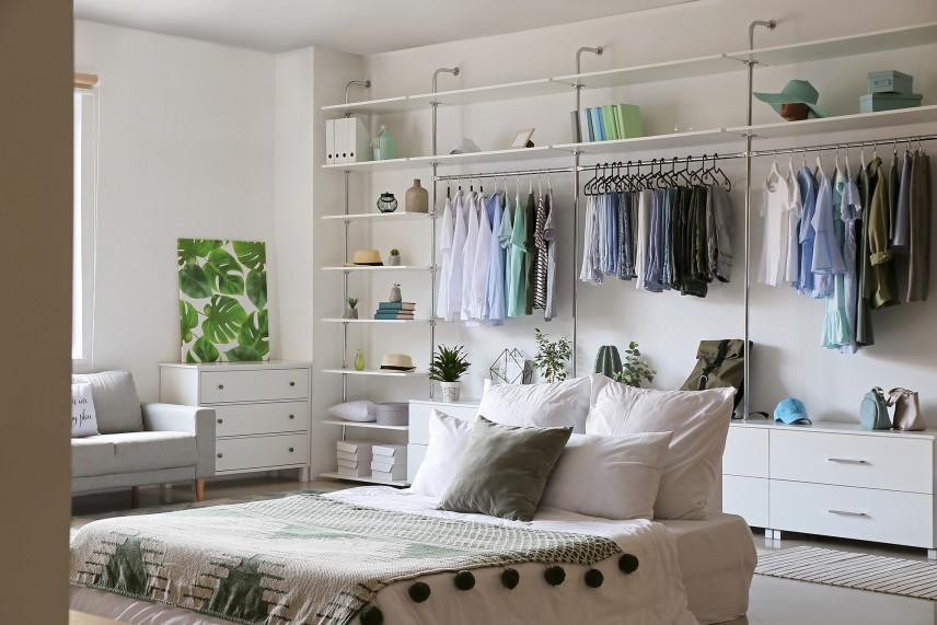 Duża garderoba w sypialni