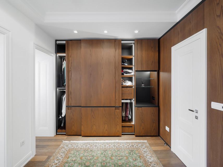 Drewniane fronty w garderobie