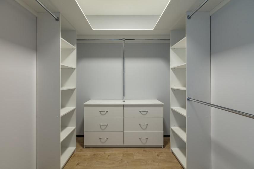 Projekt białej przestrzennej garderoby