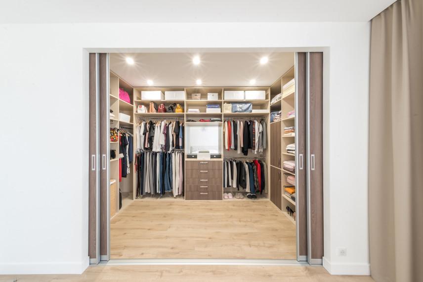 Duża otwarta garderoba