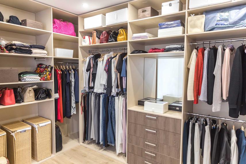 Garderoba z dużą ilością półek