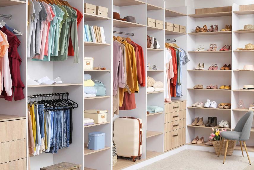 Otwarta garderoba dla kobiety