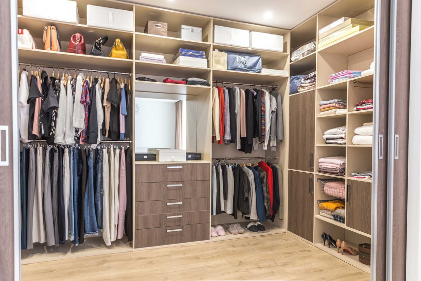 Mała garderoba z przesuwnymi drzwiami