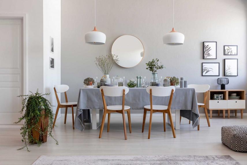Jadalnia z białymi ścianami
