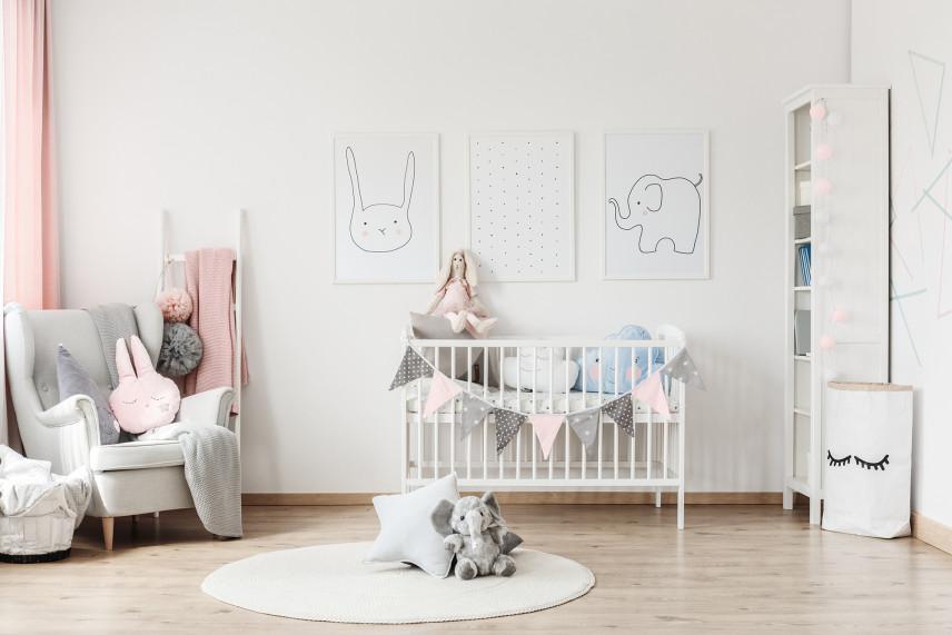 Obrazy na ścianie w pokoju noworodka