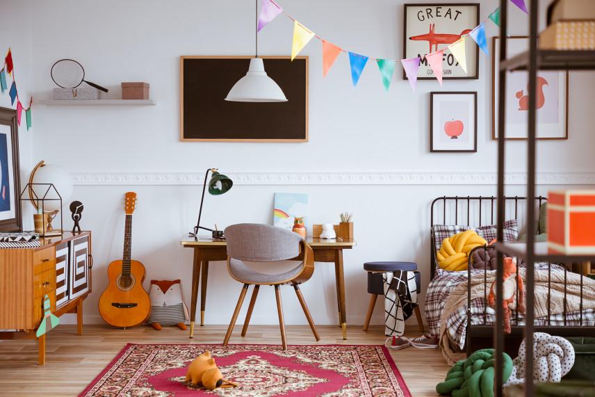 Pokój nastolatka z stylowymi grafikami