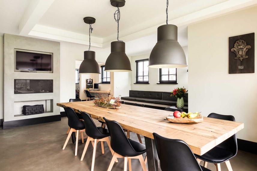 Drewniany stół w jadalni