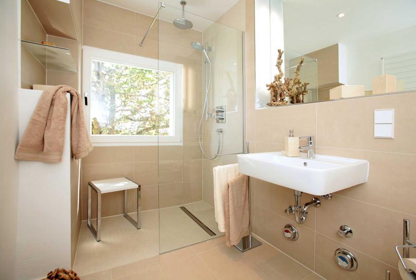 Beżowa łazienka z oknem