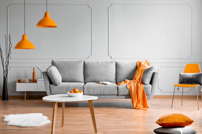 Szaro-pomarańczowy salon