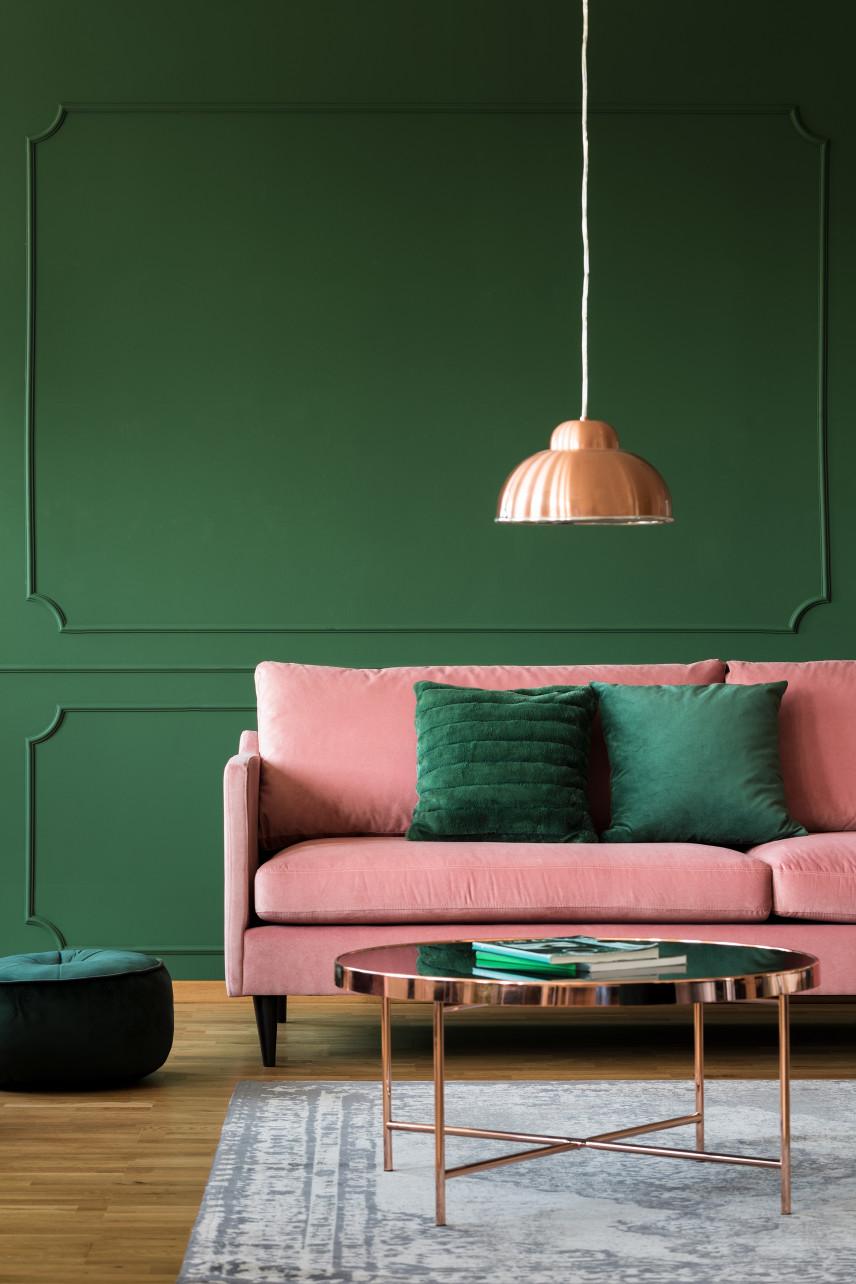 Sztukateria na zielonej ścianie