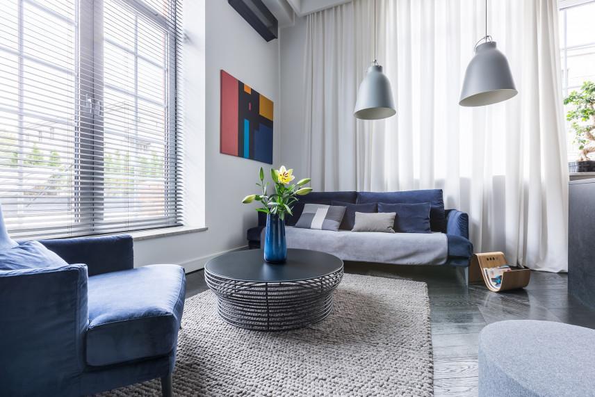 Stylowy salon z kolorowym obrazem