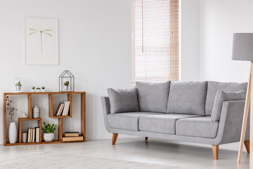 Salon z drewnianymi roletami i szarą kanapą