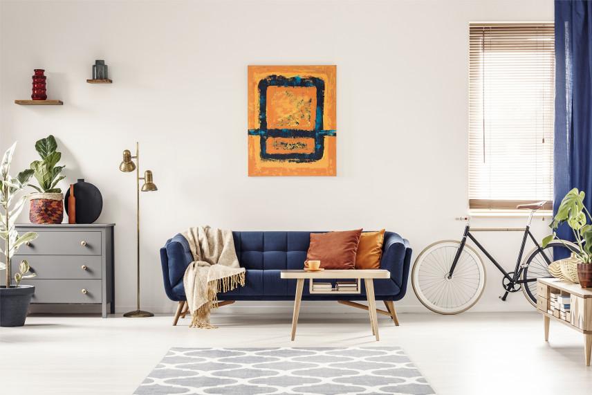 Salon z rowerem  i niebieską kanapą