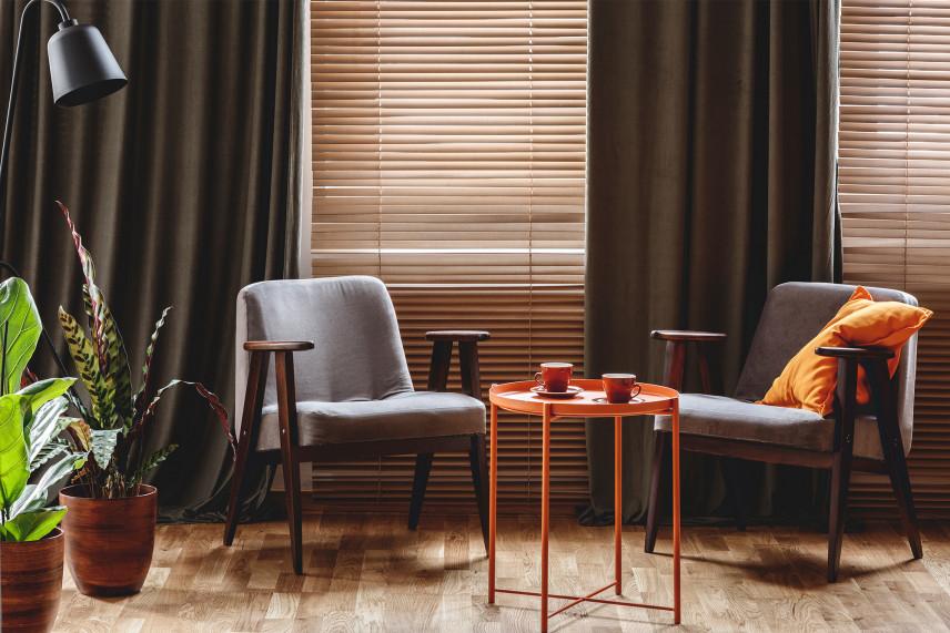 Skandynawski salon z drewnianymi roletami