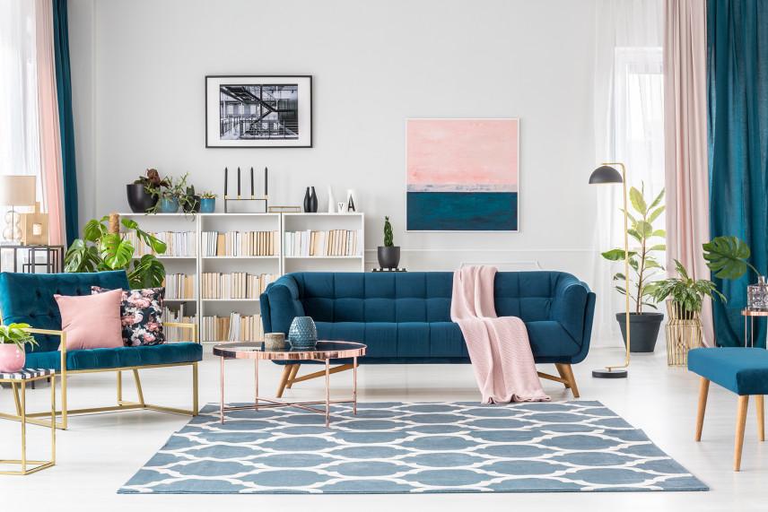 Salon z białą podłogą