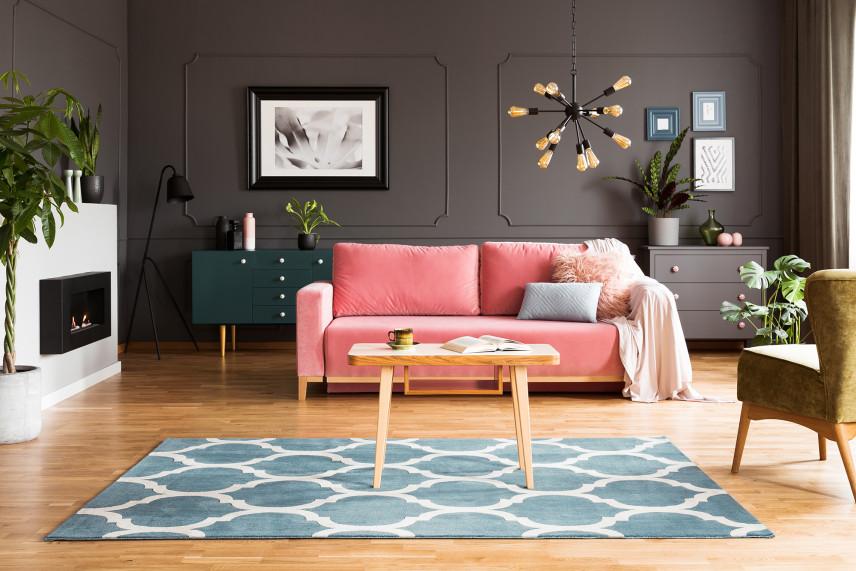 Salon ze sztukaterią na ścianie