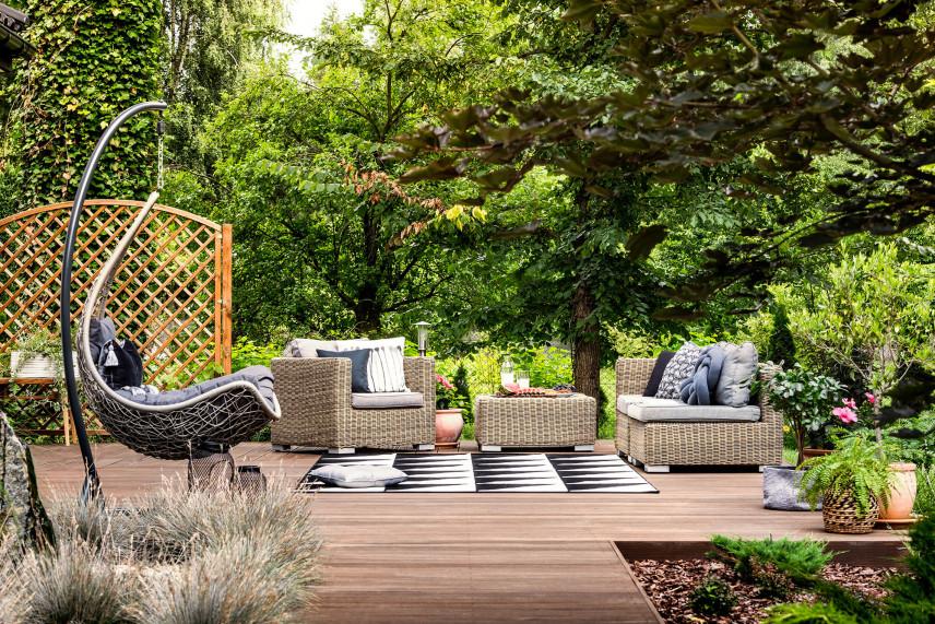 Taras ogrodowy z wiszącym fotelem