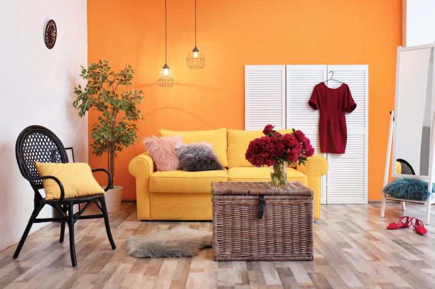 Pomarańczowy salon w bloku