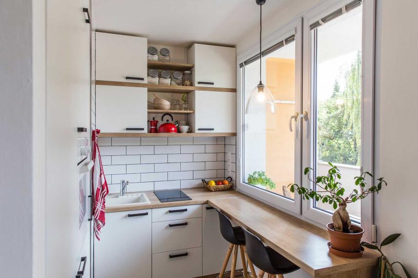 Mała kuchnia z dużym oknem