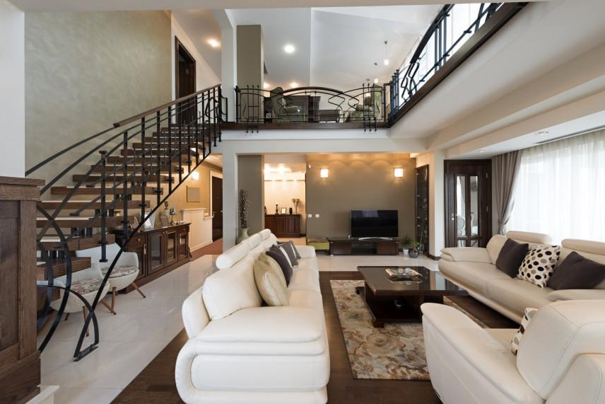 Duży salon ze schodami