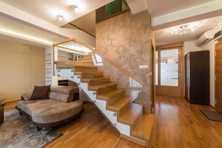 Aranżacja schodów w salonie