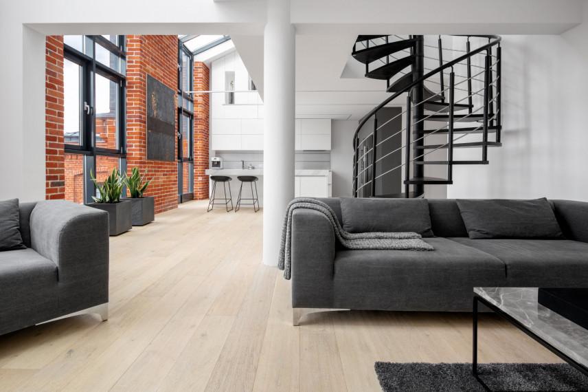 Czarne schody w salonie