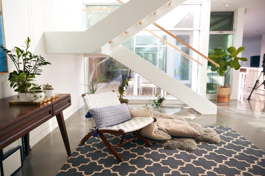 Salon z białymi schodami
