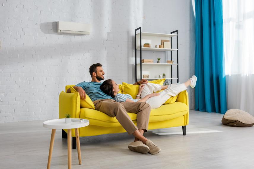 Żółta sofa i niebieskie zasłony