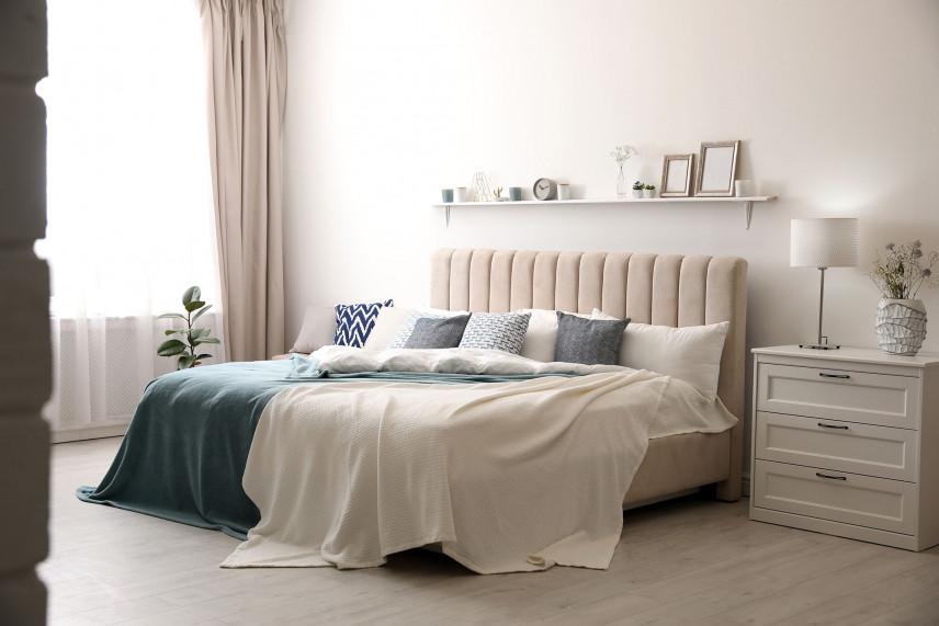 Łóżko z beżowym zagłówkiem