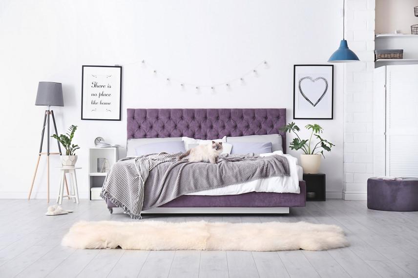 Fioletowe, tapicerowane łóżko