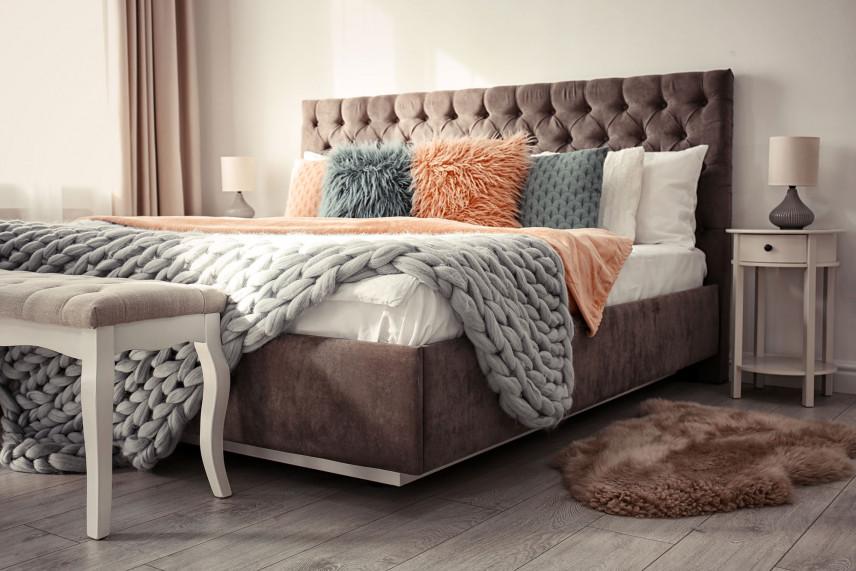 Brązowe, tapicerowane łóżko